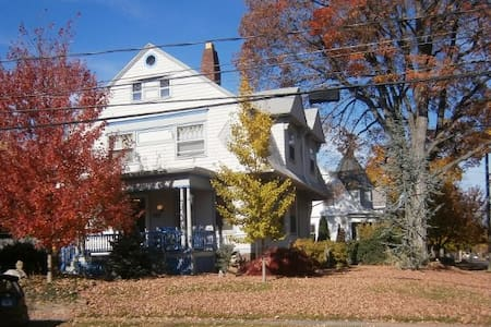 Cozy Hartford Victorian - Full bed - Huis