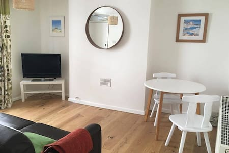 Modern flat, Penryn - Apartment