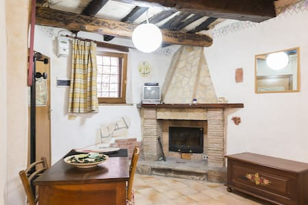 Near to the town hall square right in the historic centre, this welcoming, rustic studio apartment with exposed wooden beams is made up of a living room with kitchenette, a double divan bed and a bathroom.