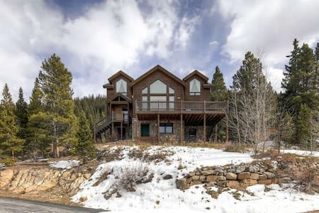4br 3.5ba home with amazing views.