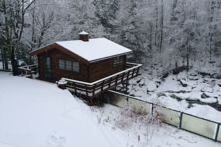 Cottage Literally Over a Waterfall - Chalet
