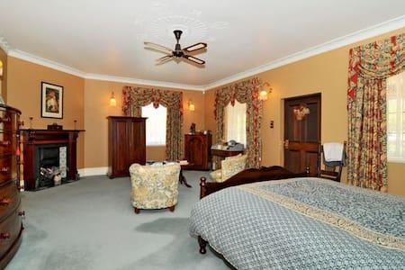 Maslin Luxury Spa Suite  Queen Bed - Bed & Breakfast