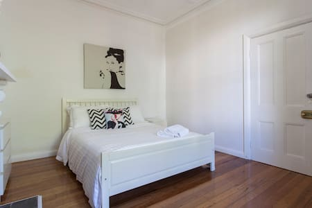 Chic Inner City - 3 mins to Trains - Newtown - House