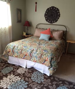 Bedroom, private bath & entrance, light breakfast - Bed & Breakfast