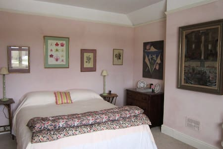 A large & lovely double bedroom.  - Bed & Breakfast