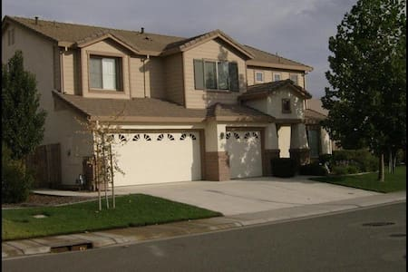 Spacious Roseville Home - Dom