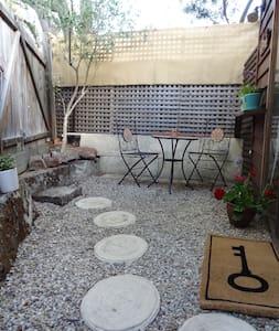The Secret Garden studio apartment - Fremantle