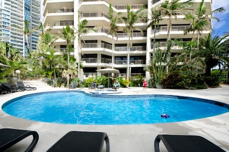 My comfortable and cosy two bedroom holiday apartment with a large private balcony is only located 100m away from the beach. It will take you about 7min to Cavill Ave where you can shop, drink, eat and party. Surfers Paradise G:link station-50m away.