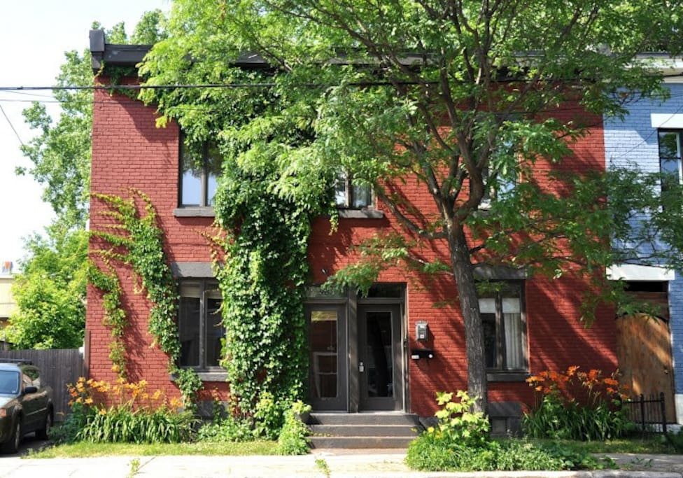 Built in 1870, this authentic and charming Triplex is only 10 minutes from Old Montreal and downtown!