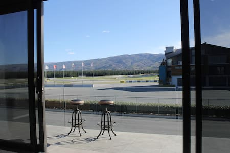 Sunny apartment at Highlands Motorsport Park - Cromwell