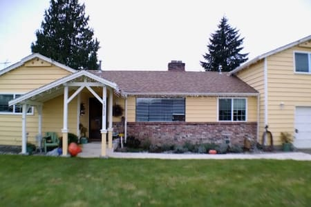 Your home away from home in Puyallup WA - Ház