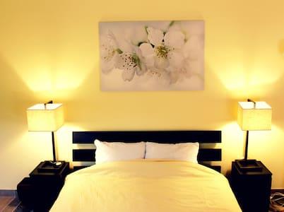 Master Bedroom Attached Bath in Quiet Neighborhood - Delray Beach