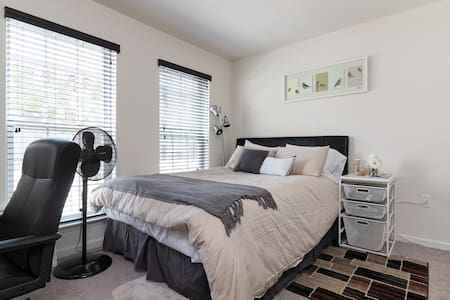 Private bed/bath in new townhouse near DC & Metro - Adosado