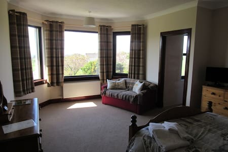 Room 3 - Large Kingsize bedroom with sea views - Bed & Breakfast