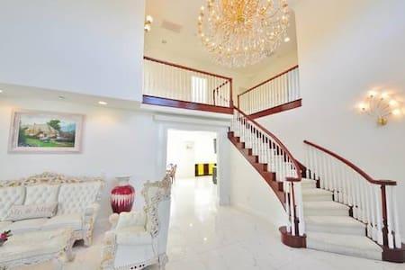 豪华别墅温馨客房,私人洗手间,步行2分钟至大型华人超市餐厅,近地铁 - Villa
