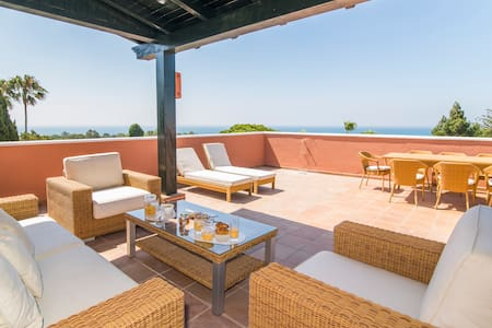 Great sea views, giant terrace. Golfer´s paradise - Marbella - Wohnung