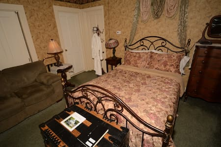 Parsonage Suite - Allegan - Bed & Breakfast
