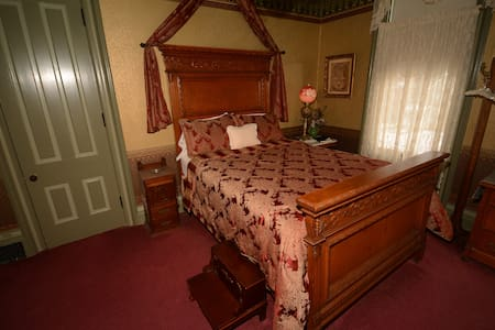 Chaddock Room - Allegan - Bed & Breakfast