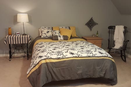 Private Upstairs Farmhouse Bed, Bath and Loft - Hamilton - Casa
