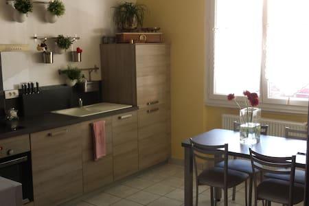 Charmante chambre  au cœur de VICHY - Bed & Breakfast