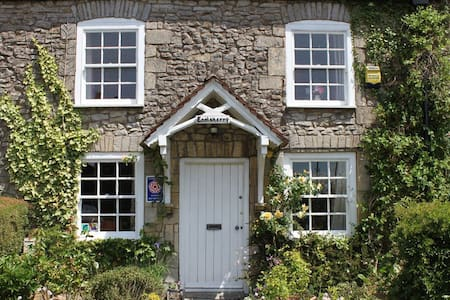 C18th stone, self catering cottage - Hus