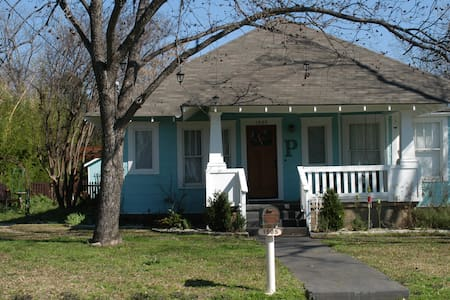 Located 3 blocks from Southwestern University on a quiet street. Full kitchen and bath. Wi-Fi & satellite. Comfortably fits 2, up to 4 guests welcome. Great for parents of SW students. 400 sq. feet. Queen bed. Friendly owners, Pet welcome.