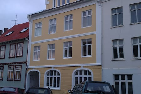 Room in 101 Reykjavík available for a week or preferably months. Wonderful location, all facilities. Either 2 single beds or 1 double. Additionally a matress if you like. Wardrobe, TV set, internet. Cozy kitchen shared and the bathroom. Laundry room.