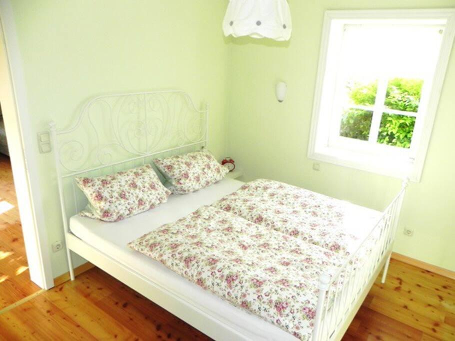 Das liebevoll eingerichtete Schlafzimmer wartet auf Sie