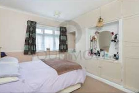 spacious room in comfy family home - Chingford