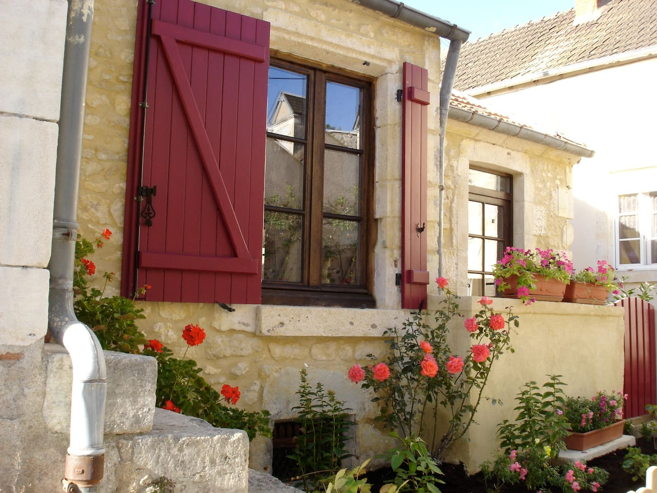 Quaint Stone cottage in Burgundy wine country!