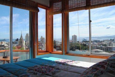 Located on the slopes of Cerro Monjas, in Valparaiso. It is the perfect choice if you enjoy walking and touring the city, perfectly central. With expansive views of the beautiful bay of Valparaiso. Fully furnished, you will not need anything else.