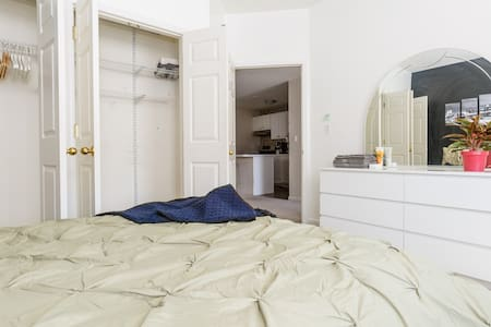 COZY ROOM NEAR GROVE ST PATH TO NYC - Jersey City - House