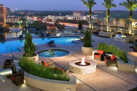 Luxury High Rise Rooftop Pool - Austin - Apartment