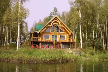 Beautiful 3 bdrm+ / 3 bath lakeside log cabin, sleeps 6-8. 1 1/2 hours north of Anchorage in the heart of amazing salmon and trout fishing, with loads of summer and winter activities right outside your door or an easy drive to Talkeetna or Denali.