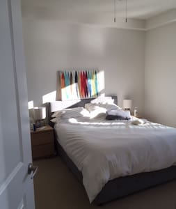 Luxury and Comfort One Bedroom with Balcony - Arlington - Apartment