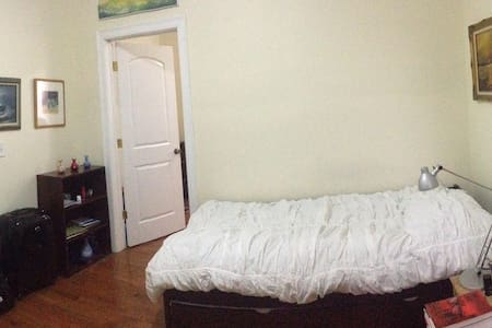 Private room 15 min to TimSq by bus - West New York - Apartamento