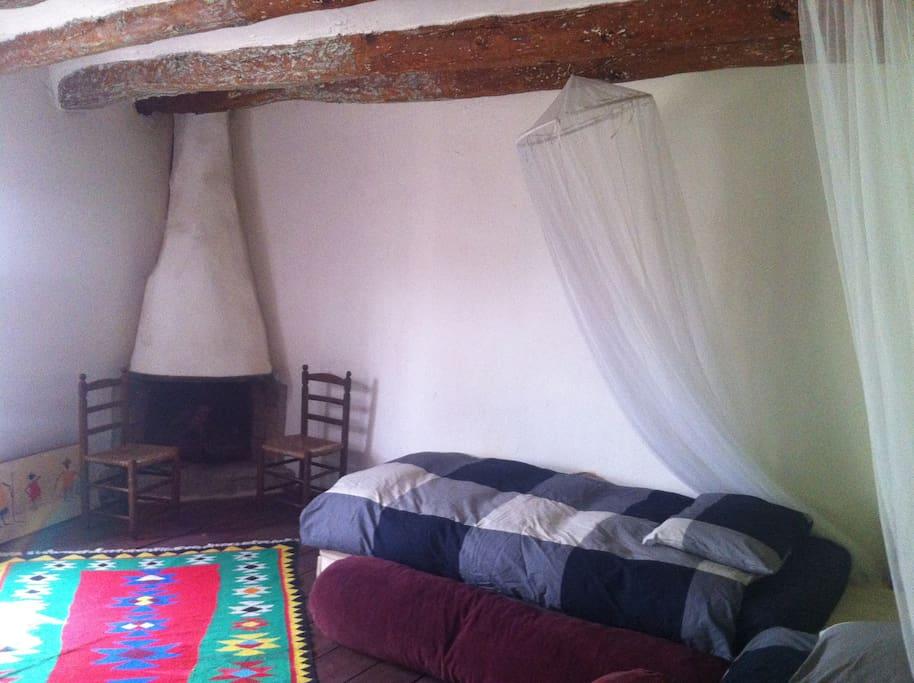 Tenemos 4 habitaciones con baño y fuego a tierra.. cada una lleva un nombre de escritor. esta se llama Juan Ramón Jimenez