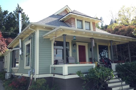 The perfect vacation spot in Ashland! We are centrally located on a quiet street, just 3 blocks from the Shakespeare festival & Lithia park. Enjoy the comfort of our remodeled historic Ashland home with mountain views from our garage-top patio.