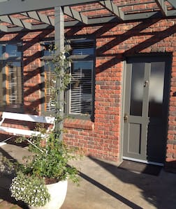 SELF CONTAINED GARDEN APARTMENT - Sandy Bay - Bed & Breakfast