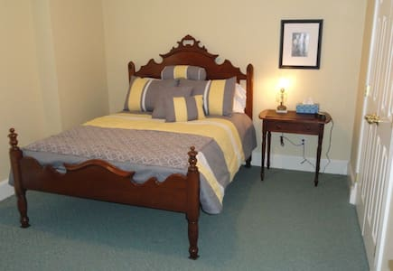 Guest Room Near Liberty, MO, with private bath. - Liberty - Maison
