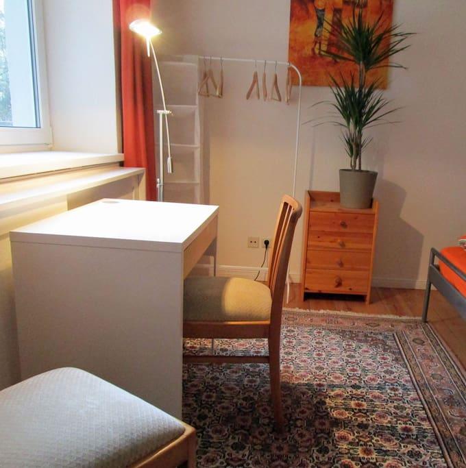 Der erste Blick ins Zimmer, kleiner Arbeitsplatz, eine Kommode mit 4 Schubladen zur freien Verfügung