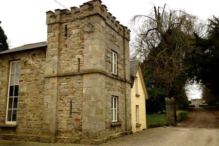 Gate Lodge to Huntington Castle