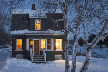 Historic House on the Fox River - Little Chute