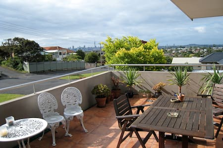 Huge room, ensuite, location, views - Auckland