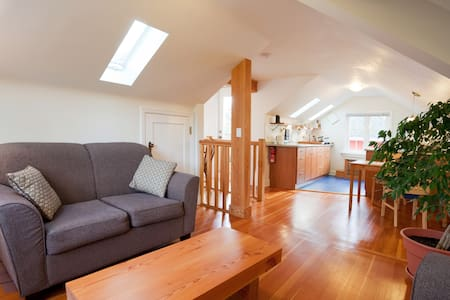 Cosy Private Top Floor of Cottage Near Downtown - Victoria - Loft