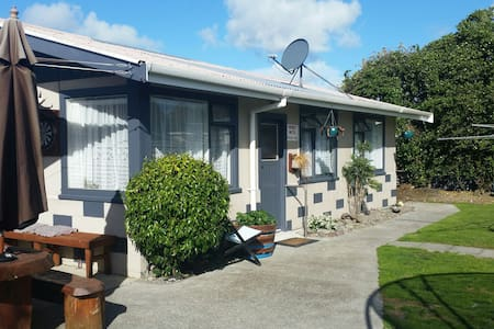 Sleep-Out . Spa - Palmerston North - Bed & Breakfast