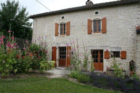 Gite rural au bord de la Charente  - Hus
