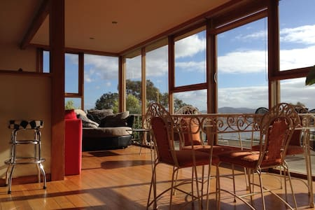 Skyhouse Hobart - magnificent views - Mt Nelson