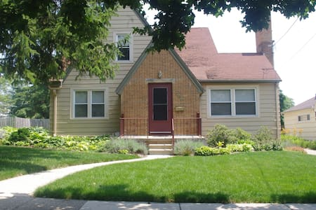 Charming full basement apt near MSU - Lansing - Apartment