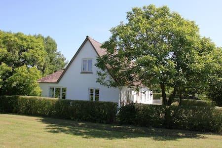 Landhus i naturskønne omgivelser